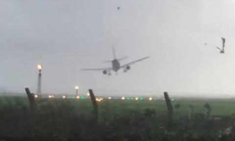 Βίντεο που κόβει την ανάσα: Δραματική προσγείωση αεροπλάνου εν μέσω καταιγίδας!