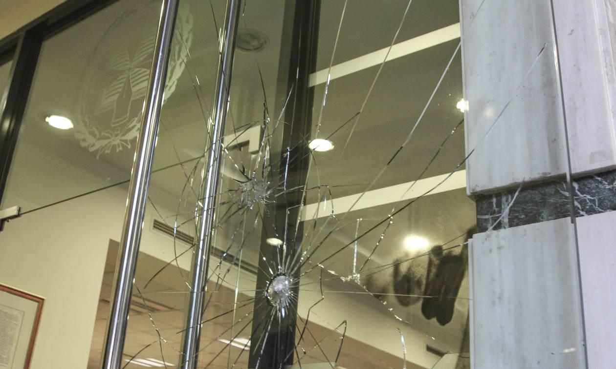 Εισβολή κουκουλοφόρων στα γραφεία του Συμβολαιογραφικού Συλλόγου Εφετείων (pics)