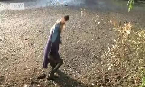 Απίστευτο περιστατικό on air: Η λίμνη «κατάπιε» δημοσιογράφο του ΣΚΑΪ (vid)