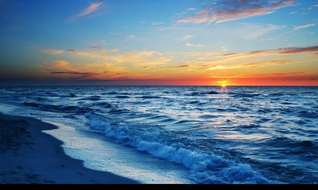 Η θάλασσα στο Ηράκλειο ξέβρασε σακούλες με... – Δεν πίστευαν στα μάτια τους (pics)