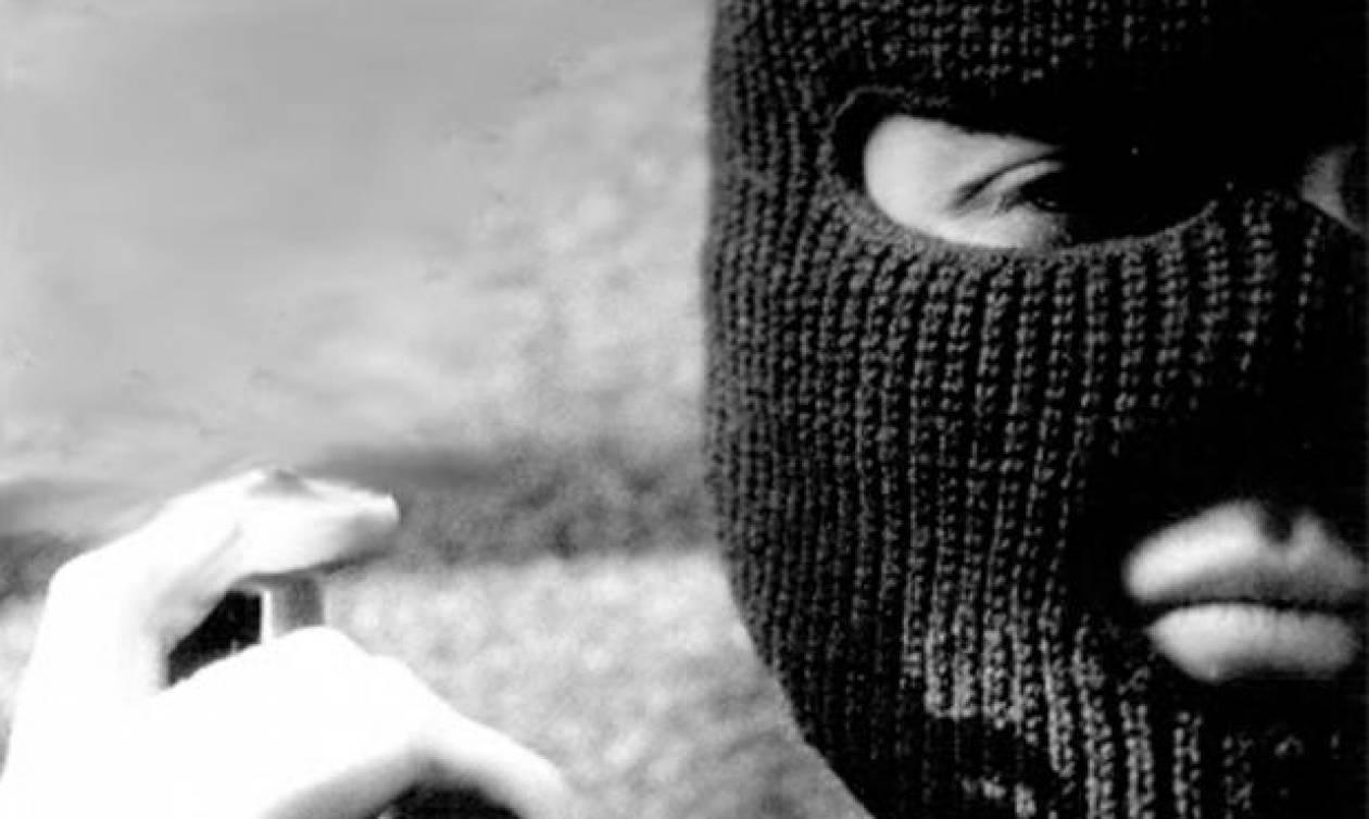 Kαταγγελία: «Κουκουλοφόροι με όπλα επιτέθηκαν στη γυναίκα μου»