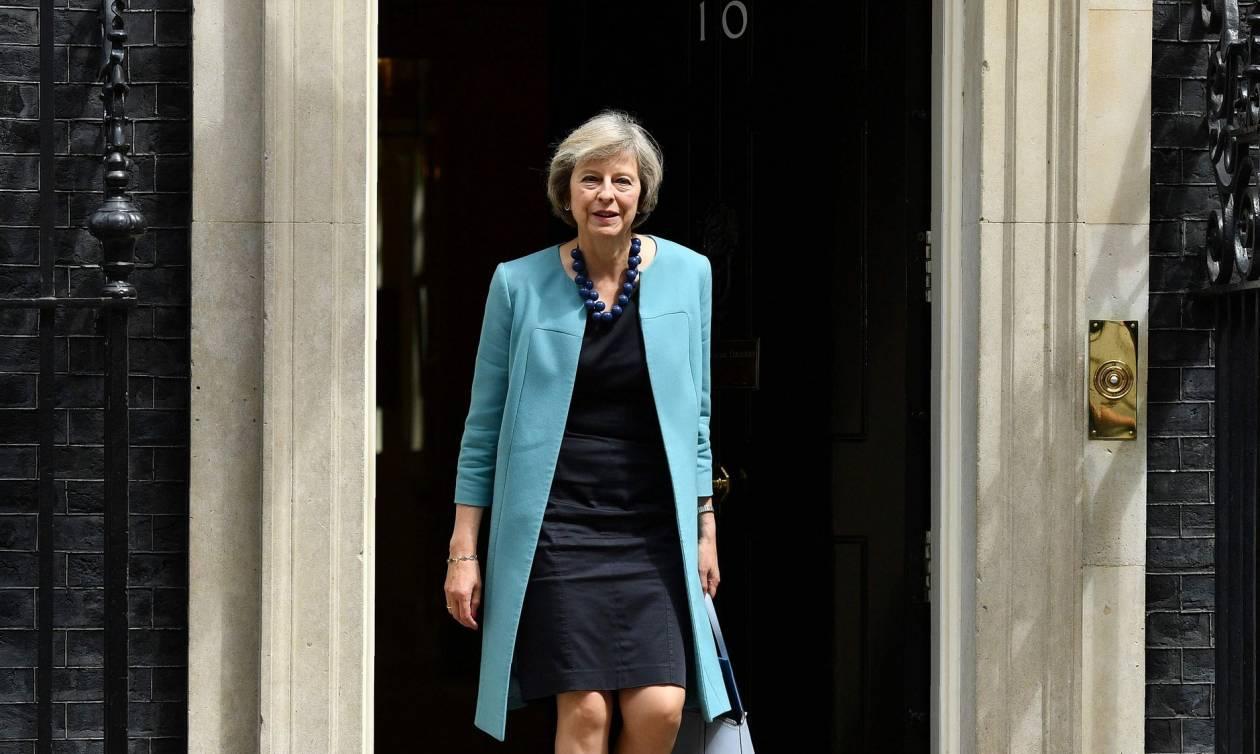 Τερέζα Μέι: Να μη φύγουν οι Έλληνες από τη Βρετανία μετά το Brexit