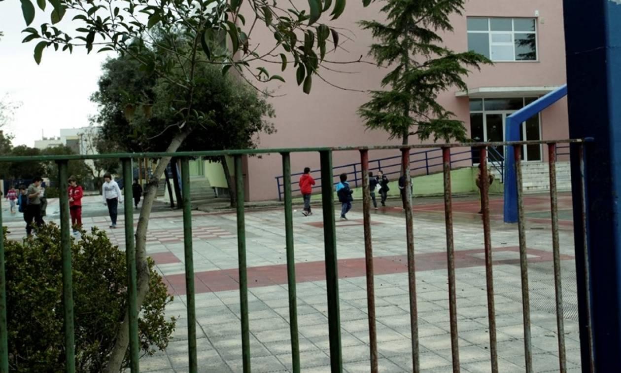 Απίστευτο σκηνικό στη Κρήτη: Έβγαλε όπλο με σιγαστήρα έξω από σχολείο και πυροβόλησε σκύλο