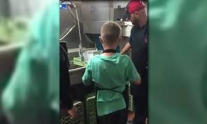 Η συγκινητική έκπληξη από το προσωπικό εστιατορίου σε ένα παιδί με αυτισμό