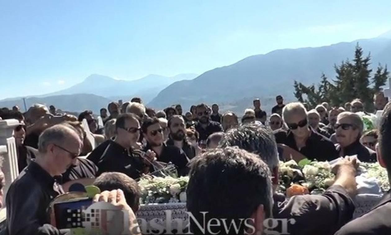 Κρήτη - Ράγισαν καρδιές στην κηδεία του Μανώλη Κακλή: Το τελευταίο τραγούδι για τον μεγάλο λαουτιέρη