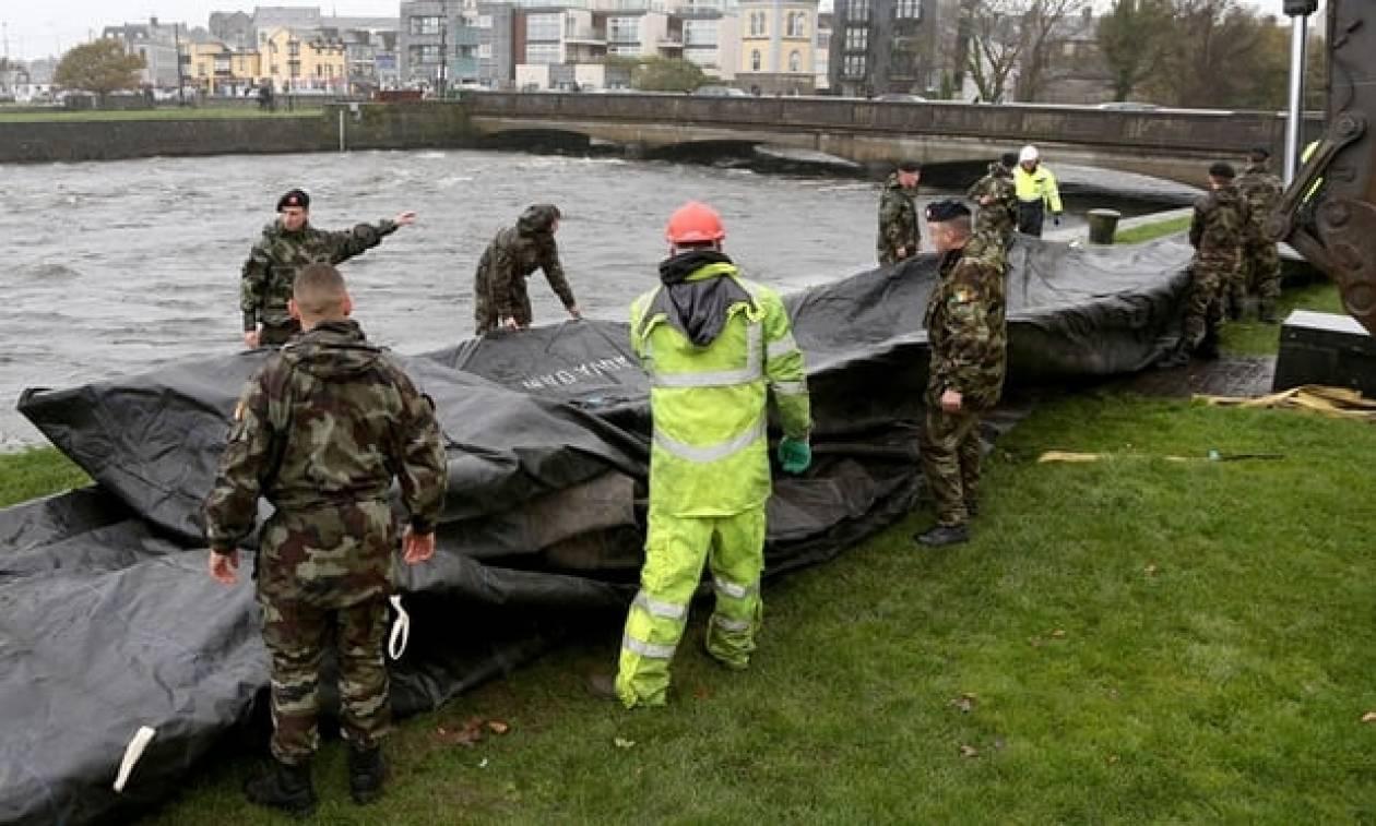 «Σαρώνει» την Ιρλανδία η καταιγίδα «Μπράιαν» – Ζημιές σε κτήρια από τεράστια κύματα (vid)