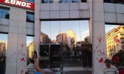 Ολυμπιακός-ΠΑΟΚ: Επίθεση στο «Έθνος» του Σαββίδη από οπαδούς του Ολυμπιακού! (pics)