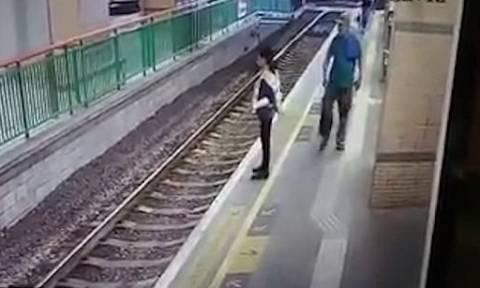 Βίντεο σοκ: Άνδρας σπρώχνει γυναίκα στις γραμμές του τρένου