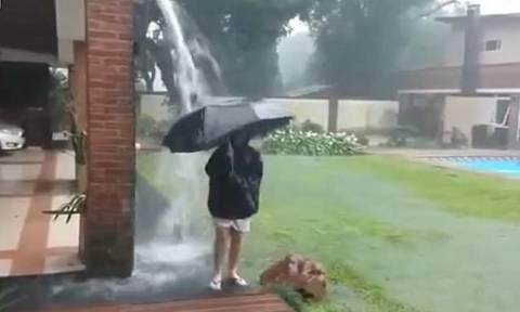 Σοκαριστικό βίντεο: Έπαιζε με την ομπρέλα στη βροχή και τον χτύπησε κεραυνός!