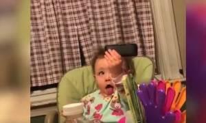 Μωρά προσπαθούν να βγάλουν selfies και το αποτέλεσμα είναι ξεκαρδιστικό