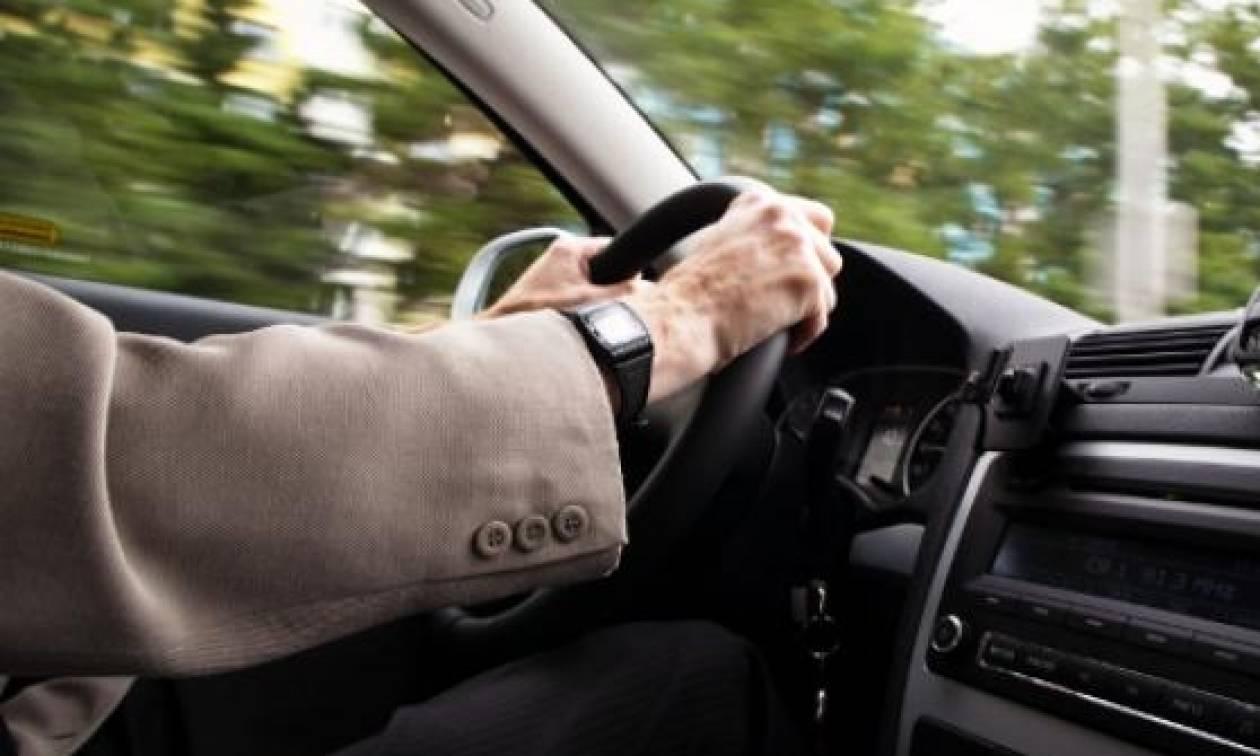 Του έκοψαν κλήση γιατί... τραγουδούσε δυνατά ενώ οδηγούσε! (vid)