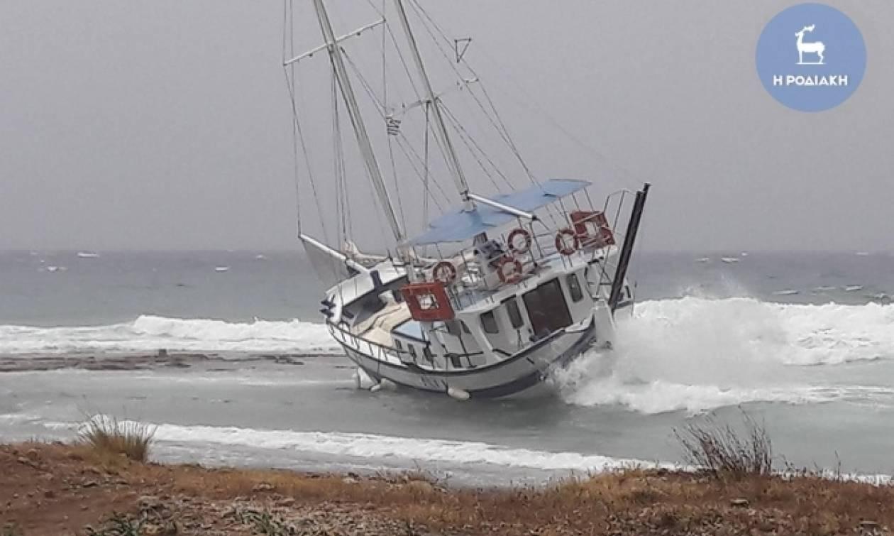 Απίστευτες εικόνες από τη Ρόδο: Η κακοκαιρία έβγαλε καράβι στη στεριά