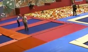 Φρικτός θάνατος για πολιτικό - Έσπασε το σβέρκο του κάνοντας βουτιά σε πισίνα με σφουγγάρια (video)