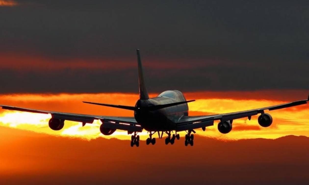 Καιρός: Ανατριχιαστική φωτογραφία στη Ρόδο - Αεροπλάνο προσγειώνεται εν μέσω κεραυνών