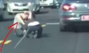 Απίστευτο βίντεο! Γυναίκες μαλλιοτραβιούνται στη μέση του δρόμου ενώ περνούν αυτοκίνητα