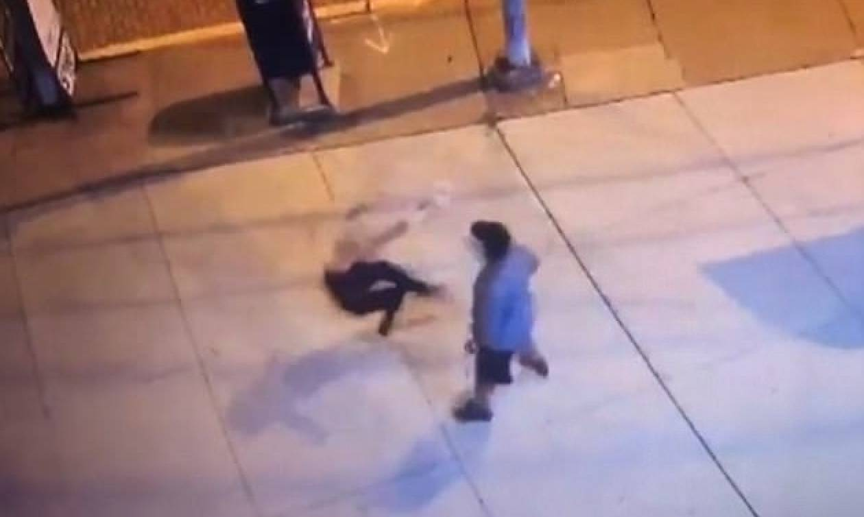 Βίντεο - σοκ: Γυναίκα πέφτει αναίσθητη στο πεζοδρόμιο και οι περαστικοί βγάζουν selifes