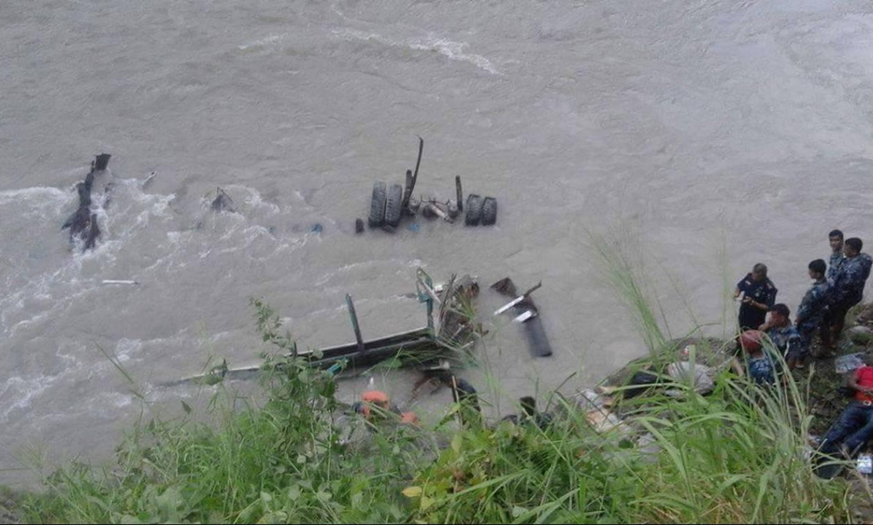 Τραγωδία στο Νεπάλ: Τουλάχιστον 31 άνθρωποι νεκροί από πτώση λεωφορείου σε ποταμό