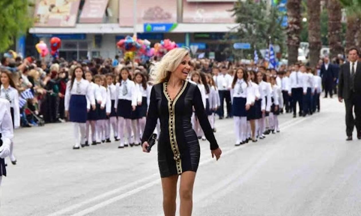 Η ξανθιά δασκάλα που έκλεψε τις εντυπώσεις στην μαθητική παρέλαση στο Ναύπλιο (pics + vid)