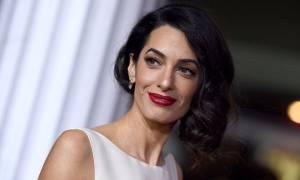 Αγνώριστη η Amal Clooney με άφρο μαλλί και εμφανώς αδυνατισμένη