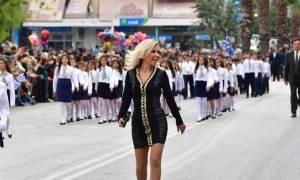Αυτή είναι η εντυπωσιακή δασκάλα που μάγεψε το Ναύπλιο στην παρέλαση της 28ης Οκτωβρίου