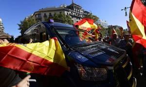 «Εμφύλιος» για την Καταλονία: Μαζικές διαδηλώσεις στη Βαρκελώνη (vid)