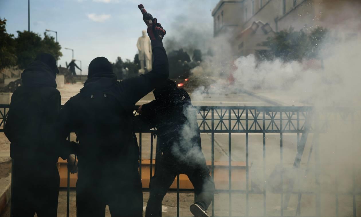 Επεισόδια στο κέντρο της Αθήνας: Μαθητικό συλλαλητήριο με μολότοφ, πέτρες και χημικά (pics&vid)