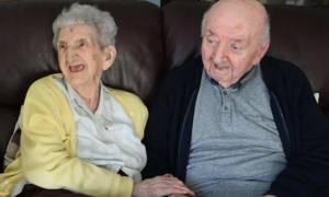 Μητέρα 98 ετών μπήκε στο γηροκομείο για να φροντίζει τον... 80χρονο γιο της!