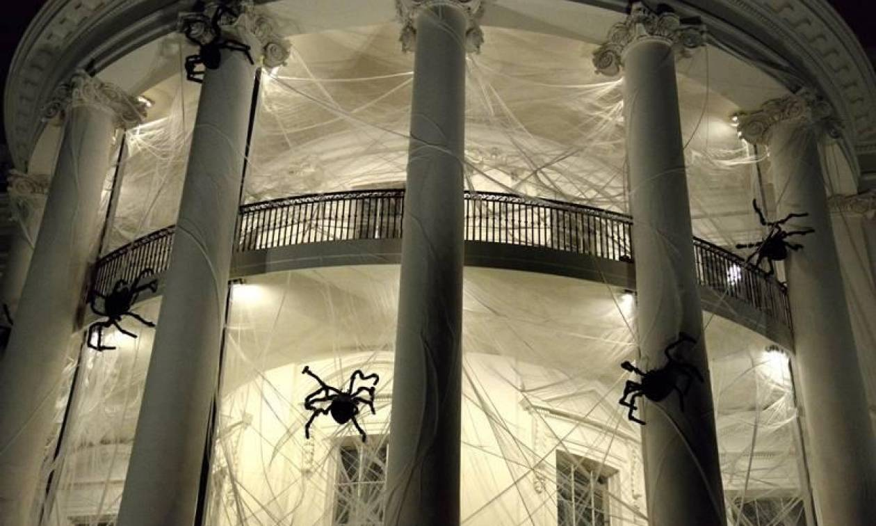 Halloween: Αράχνες τύλιξαν στον ιστό τους το Λευκό Οίκο! (vid)