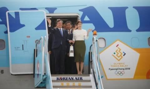 Греция передала Олимпийский огонь Южной Корее