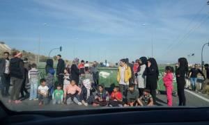 Συγκέντρωση διαμαρτυρίας προσφύγων στην εθνική οδό Λάρισας - Τρικάλων