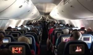 Σοκ σε πτήση: Την έπιασαν να κάνει στοματικό έρωτα σε 28χρονο δίπλα σε μικρά παιδιά