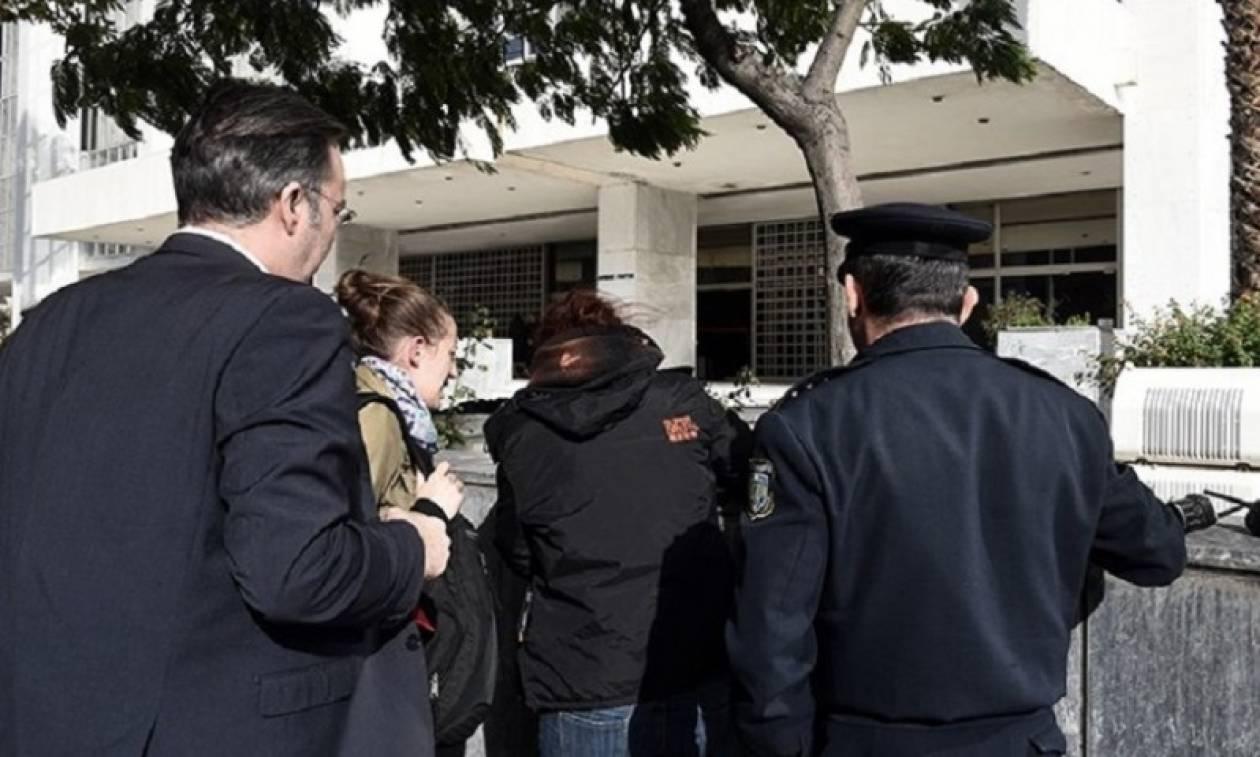 Aφέθηκαν ελεύθερα τα μέλη της Χρυσής Αυγής για την επίθεση κατά τριών γυναικών κοντά στο εφετείο