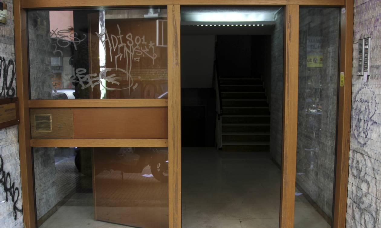 Εξάρχεια: Εισβολή αναρχικών σε συμβολαιογραφείο για τους πλειστηριασμούς
