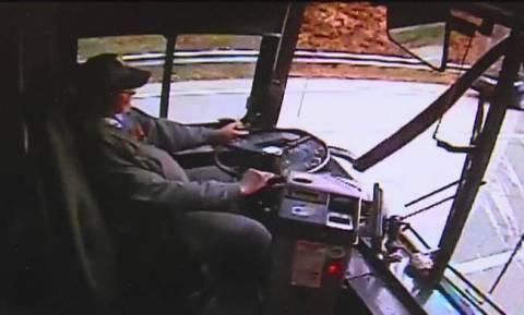 Παραλίγο τραγωδία στην Πάφο - Κοριτσάκι «έπεσε» από λεωφορείο! (video)