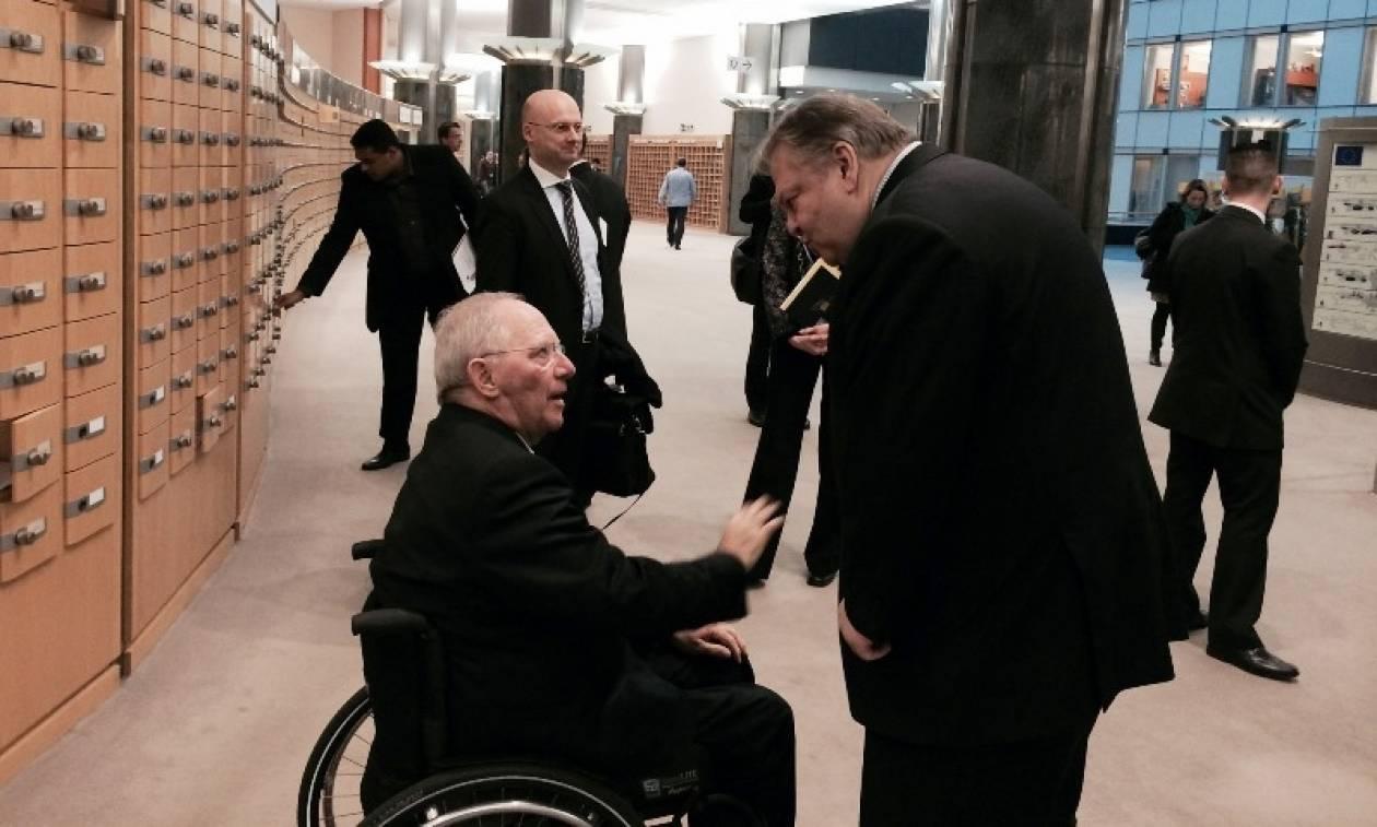 Ο Βενιζέλος αποχαιρετά τον Σόιμπλε στα υπόγεια μπαρ του Grexit...