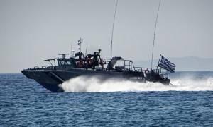 Τραγωδία στην Καλόλιμνο: Μία γυναίκα νεκρή και πολλοί αγνοούμενοι από τη βύθιση σκάφους