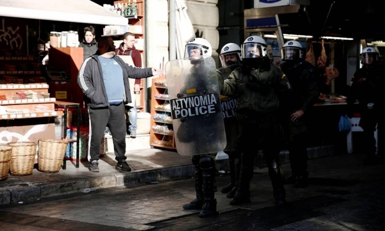 Πορεία αντιεξουσιαστών στο κέντρο Αθήνας: «Φωτιά στις φυλακές και στα σφαγεία» (pics)