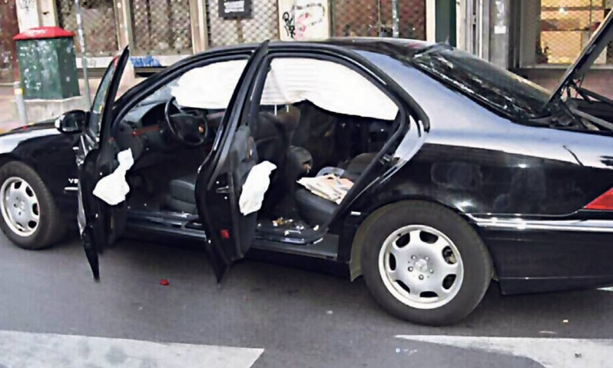 Εικόνες - ΣΟΚ από το αυτοκίνητο του Παπαδήμου – Έζησε από θαύμα