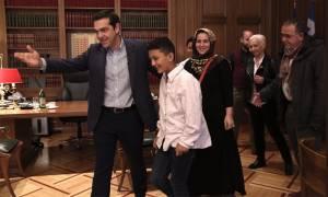 «Αμίρ θέλω να σου κάνω ένα δώρο»: Ο διάλογος του Τσίπρα με το 11χρονο αγόρι