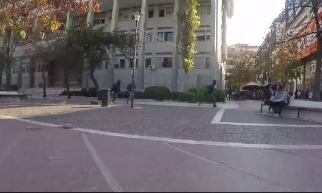 Επίθεση του Ρουβίκωνα με μπογιές στο Δικαστικό Μέγαρο Λάρισας (vid)
