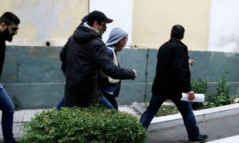 Δώρα Ζέμπερη - Επίθεση κατά του δολοφόνου από τον πατέρα της και πολίτες: «Αλήτη, έφαγες το κορίτσι»