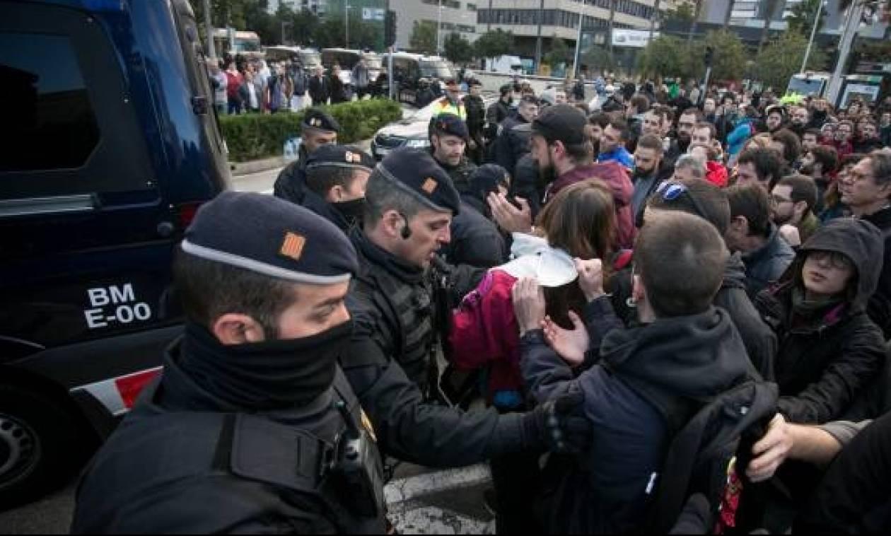Συγκρούσεις διαδηλωτών με αστυνομικούς στην Καταλονία