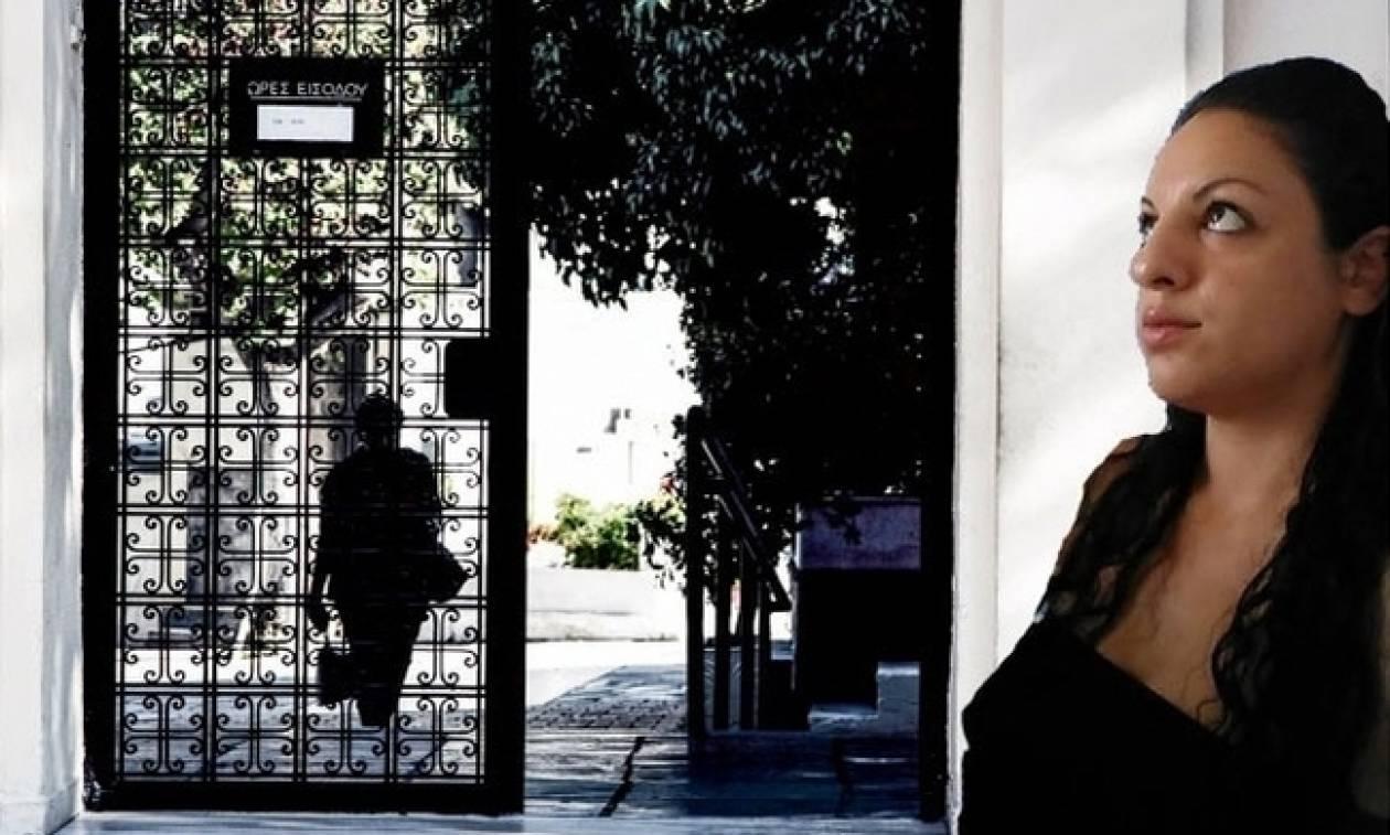 Δώρα Ζέμπερη: Τα καντήλια, οι ματωμένες χαρτοπετσέτες και η επιστροφή στον τόπο του εγκλήματος