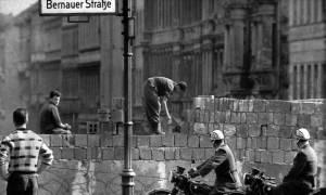Σαν σήμερα το 1989 γκρεμίζεται στο Τείχος του Βερολίνου