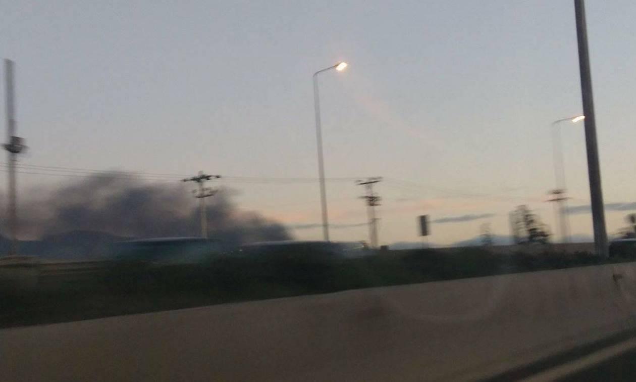 Αποκλειστικές εικόνες: Μεγάλη πυρκαγιά ΤΩΡΑ σε εργοστάσιο στο Μενίδι – Ένας τραυματίας