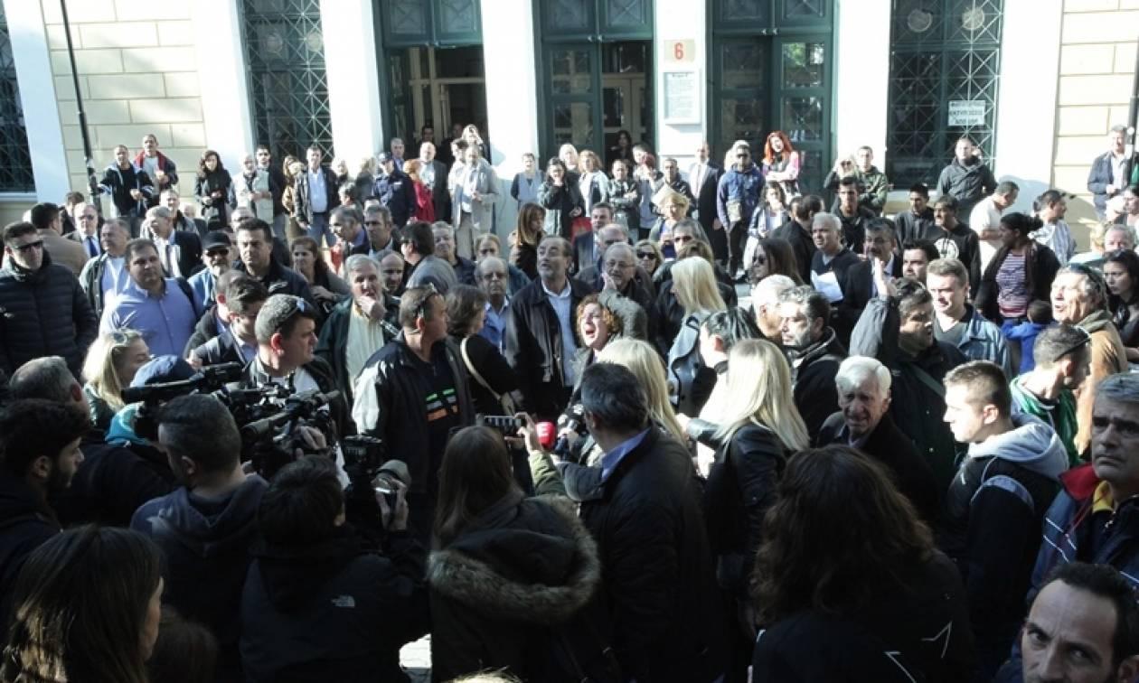 Δώρα Ζέμπερη – Οργισμένο πλήθος πολιορκεί τα δικαστήρια για να λιντσάρει το δολοφόνο