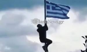Κρήτη: Γέμισαν σημαίες το σχολείο που τιμωρήθηκε ο μαθητής για την γαλανόλευκη
