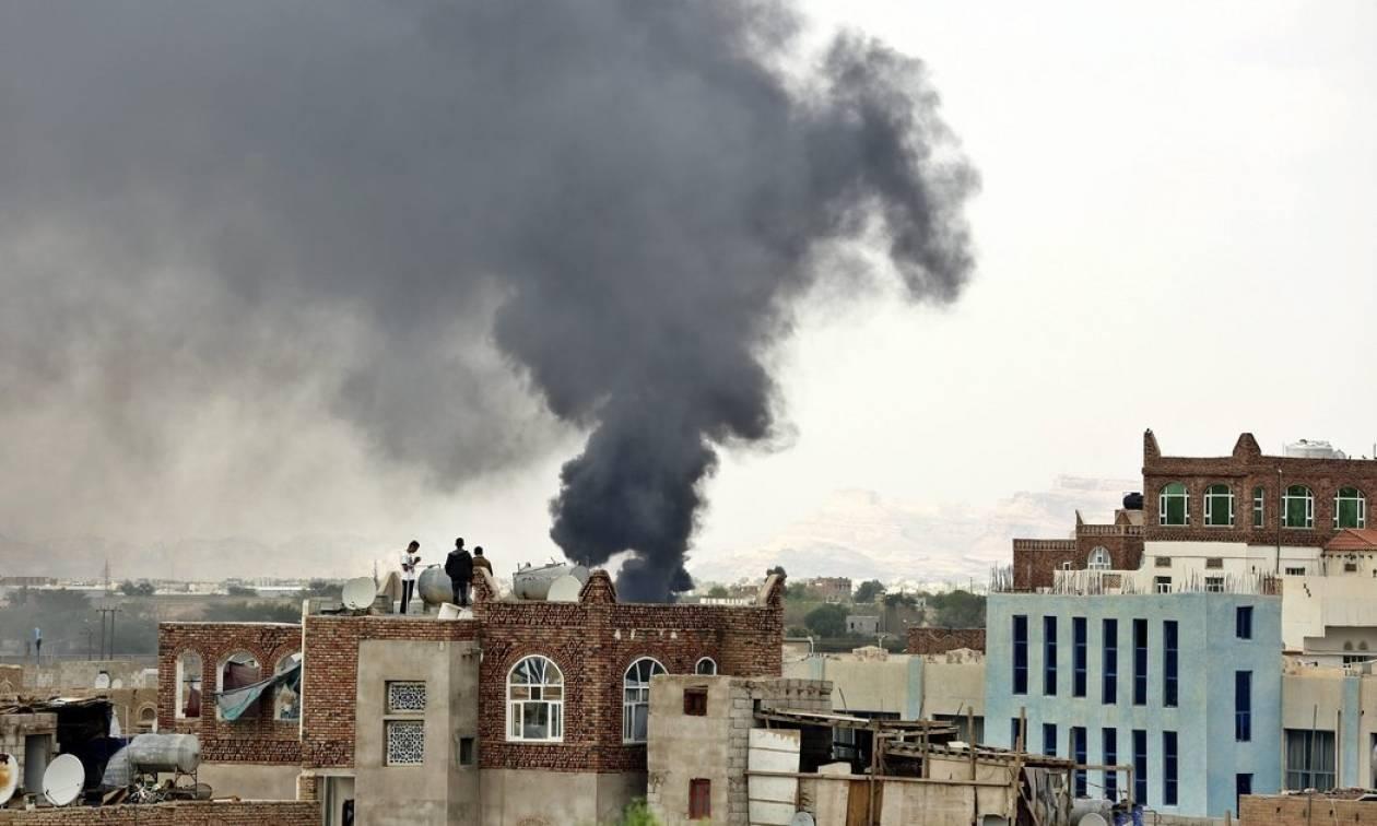 Υεμένη: Αεροσκάφη του συνασπισμού υπό τη Σ. Αραβία βομβάρδισαν το υπουργείο Άμυνας