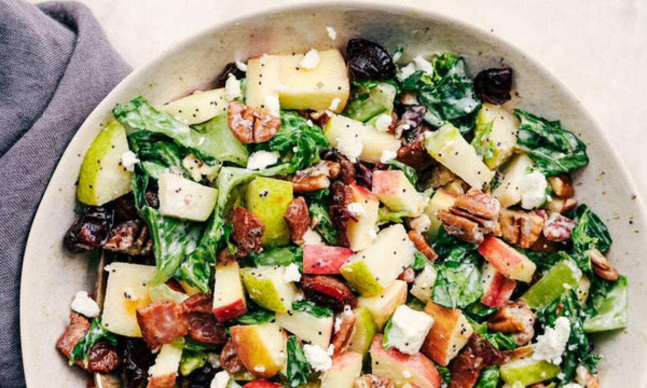 Συνταγή για νόστιμη σαλάτα με φρούτα εποχής και καρύδια
