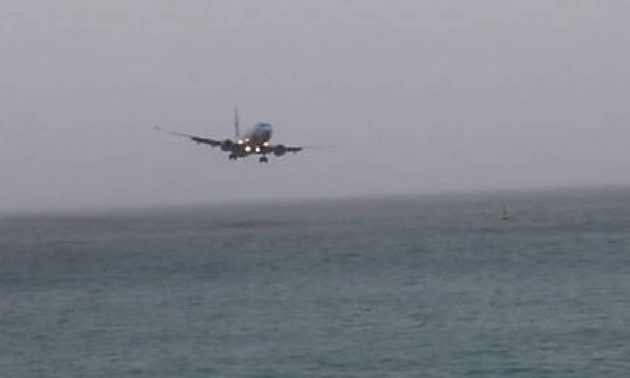 Σχεδόν ένα με τη θάλασσα! Αεροσκάφος επιχειρεί να προσγειωθεί χωρίς επιτυχία (video)